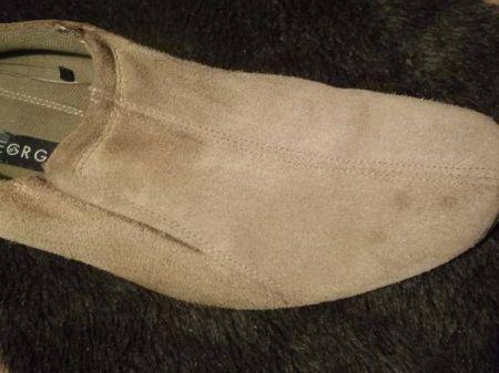 Теперь нужно почистить замшевую обувь от явных загрязнений.  Для этого разведите в небольшом количестве теплой воды...